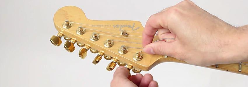 Afloja los clavijeros de tu guitarra eléctrica para cambiar las cuerdas