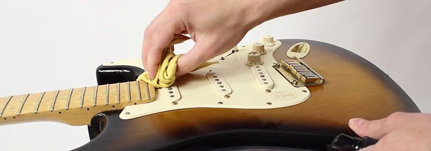 Aprovecha para limpiar la guitarra eléctrica con el cambio de cuerdas