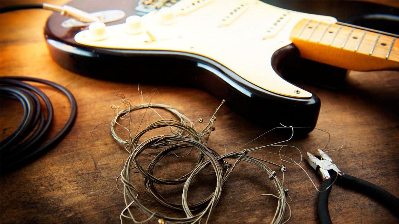 Cómo cambiar las cuerdas de una guitarra eléctrica paso a paso