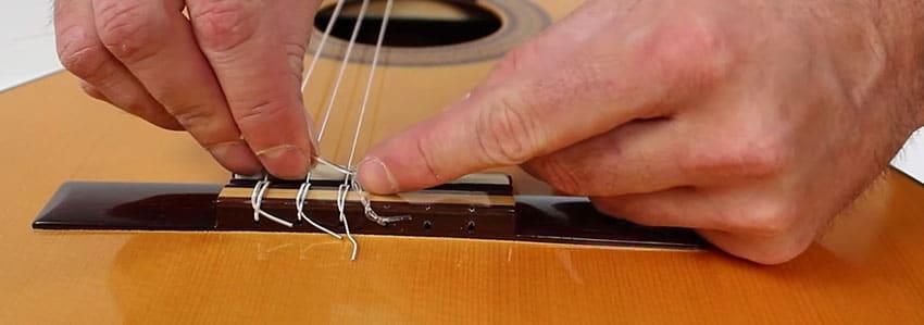 Deshacer el nudo de cuerda de nylon para guitarra clásica