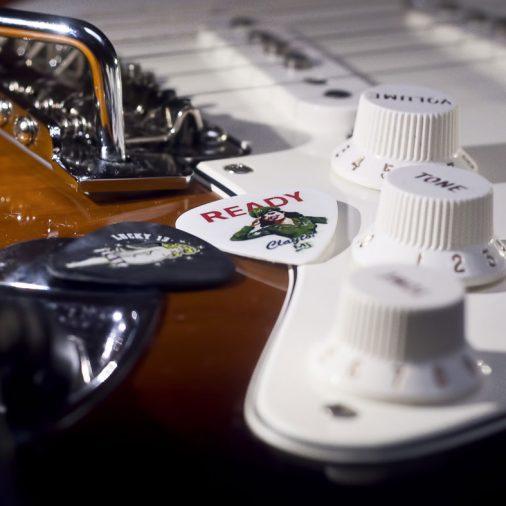 Tutorial sobre cómo fabricar tus púas de guitarra personalizadas paso a paso y desde casa