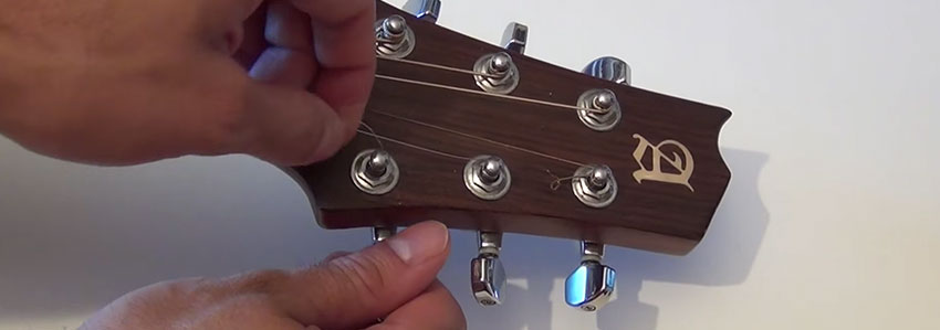 Afloja las clavijas de tu guitarra acústica para cambiar las cuerdas