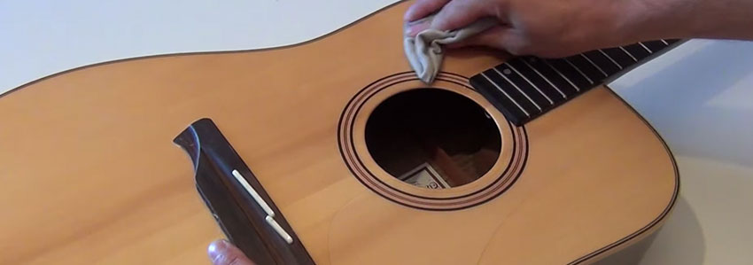 Limpia tu guitarra acústica con un pañuelo de microfibra antes de cambiar las cuerdas