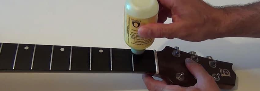 Utiliza aceite de limón para limpiar el mástil de tu guitarra