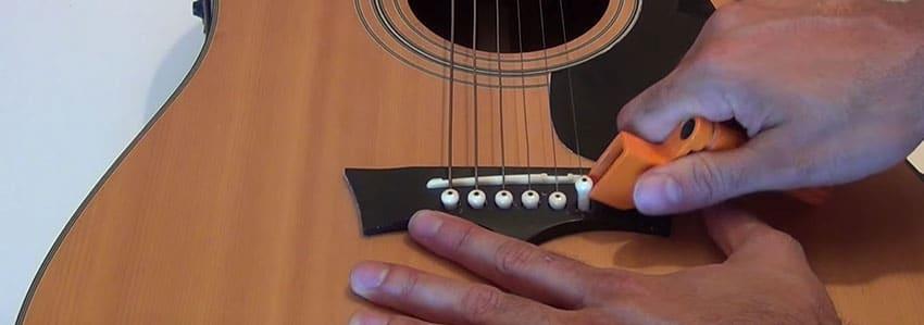 Cómo retirar los pivotes de una guitarra acústica para cambiar las cuerdas
