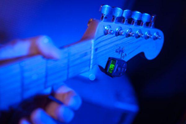 cómo afinar una guitarra perfectamente de oído o con afinador
