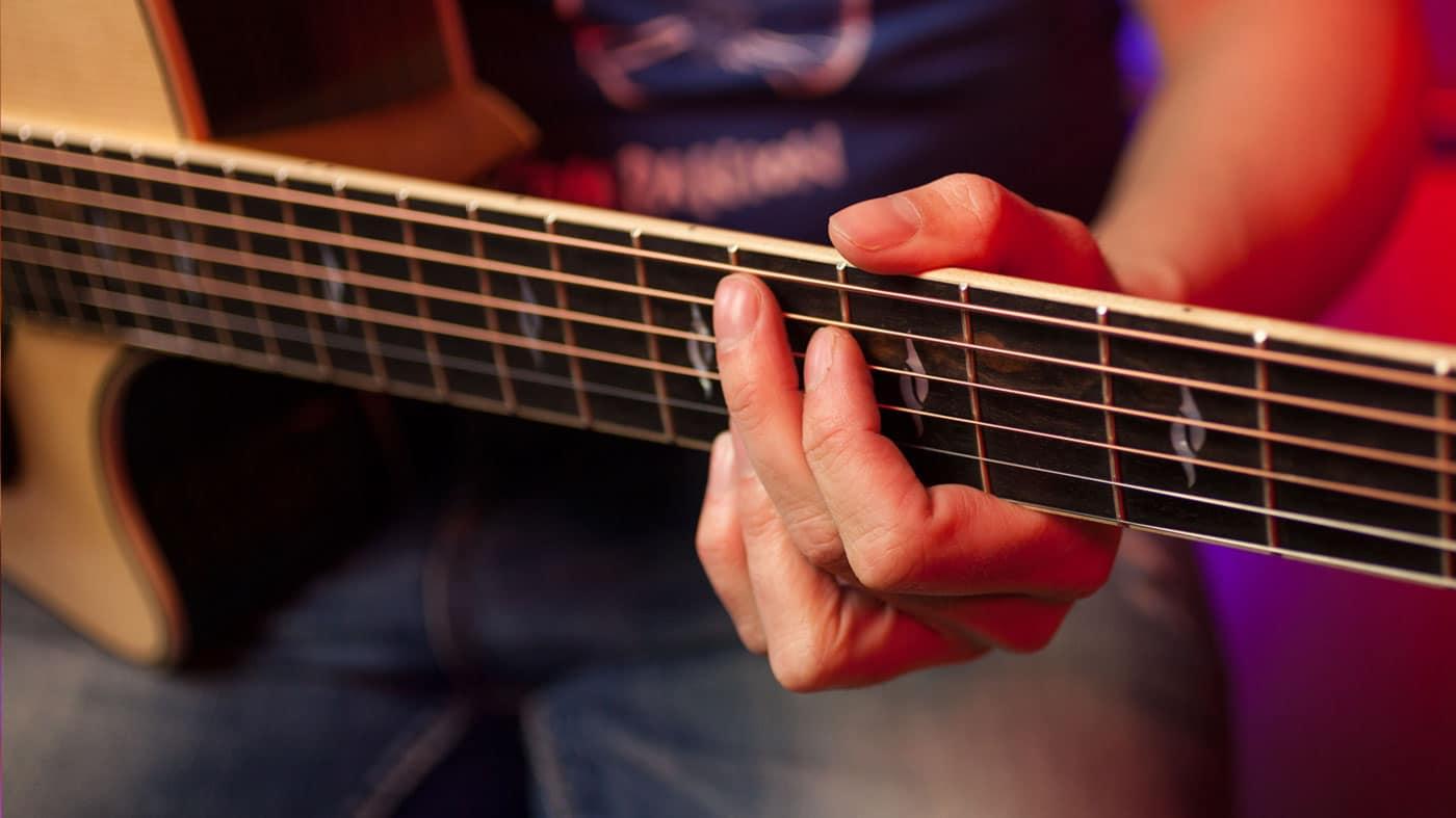 El uso del pulgar en la guitarra