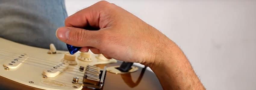 Coloca el pulgar para sostener la púa de guitarra perfectamente