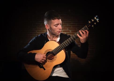Pipo Romero tocando la guitarra acústica